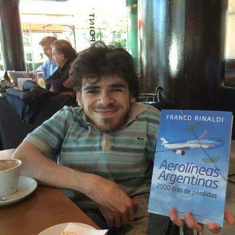 """Franco Rinaldi, que padece un trastorno genético que le produjo fragilidad en los huesos, publicó en octubre pasado """"Aerolíneas Argentinas: 2000 días de pérdidas"""""""