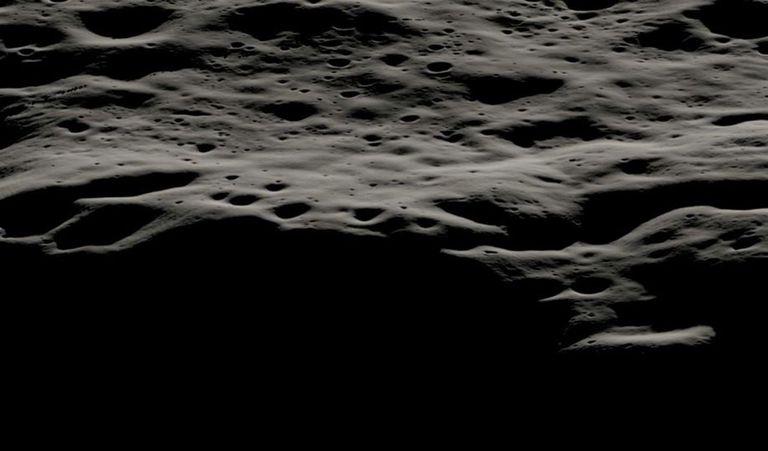 Esta visualización de datos muestra el área montañosa al oeste del cráter Nobile y los cráteres más pequeños que cubren su borde en el polo sur lunar