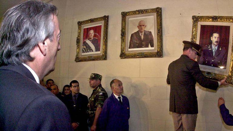 Néstor Kirchner hace descolgar el cuadro de Jorge Rafael Videla en la ESMA.