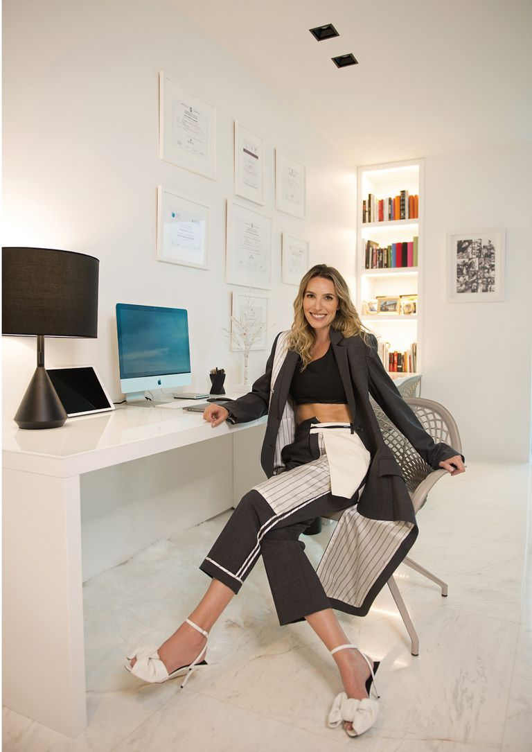 Fanática de la moda, en la foto luce un conjunto de saco y pantalón de Monse, top deportivo de Off White y sandalias Balenciaga.
