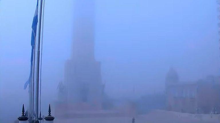 El Monumento Nacional a la Bandera se vio tapado por la neblina, en Rosario