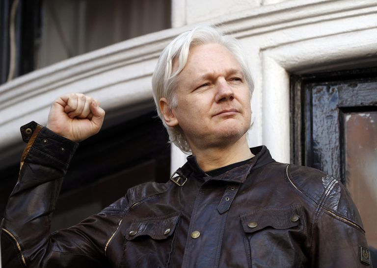 ARCHIVO - En esta foto de archivo del 19 de mayo de 2017, Julian Assange saluda a sus seguidores frente a la embajada ecuatoriana en Londres. El Alto Tribunal  In this Friday May 19, 2017 file photo, Julian Assange greets supporters outside the Ecuadorian embassy in London. Britain's High Court on Wednesday July 7, 2021, has granted the U.S. government permission to appeal a decision that WikiLeaks founder Julian Assange cannot be sent to the United States to face espionage charges. (AP Photo/Frank Augstein, File)