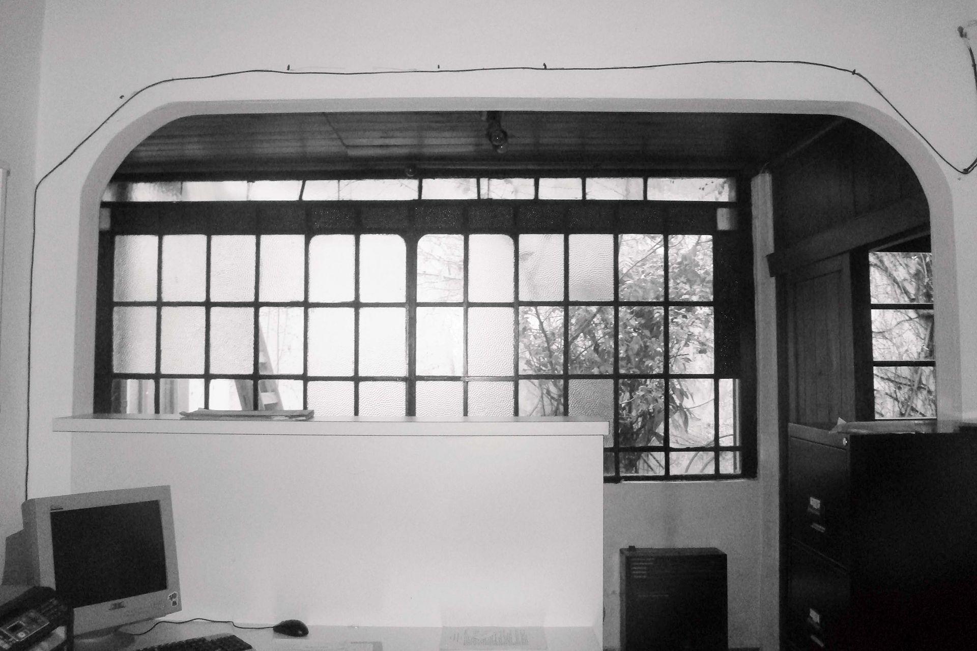 ANTES: Había un ventanal que daba al patio y un pasillo entre este y el ambiente donde hoy está el living.