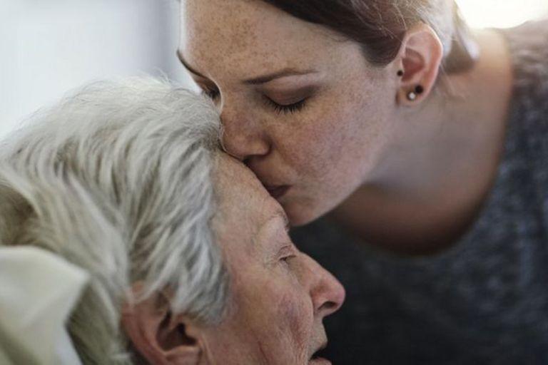 Cuando Alita Porto Reis pasó los 70 años, comenzó a perder su independencia y necesitar ayuda debido al alzhéimer