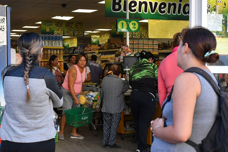 Muchas personas se acercaron a los supermercados en Córdoba