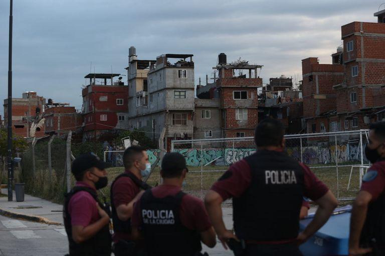 Desde la avenida Triunvirato, un grupo de efectivos de la comisaría 15A de la Policía de la Ciudad vigilan El Playón, el asentamiento de la calle Fraga situado detrás de la estación Federico Lacroze del ferrocarril Urquiza