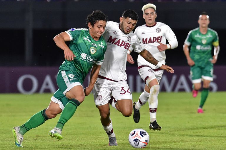 Colombia's Equidad Daniel Mantilla (L) and Argentina's Lanus Facundo Perez vie for the ball during the Copa Sudamericana football tournament group stage match, at the Defensores del Chaco stadium in Asuncion, on May 6, 2021. (Photo by NORBERTO DUARTE / AFP)