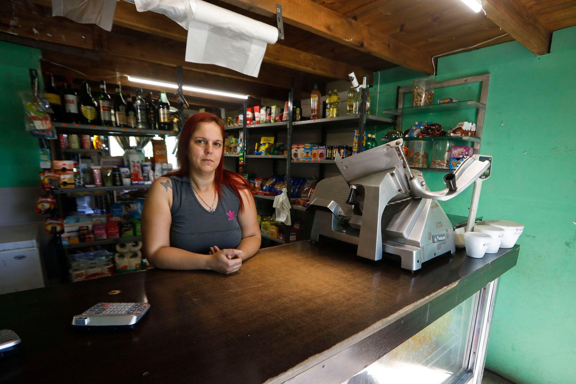 Mariela Martínez atiende un almacén en el arroyo Gallo Fiambre, primera sección