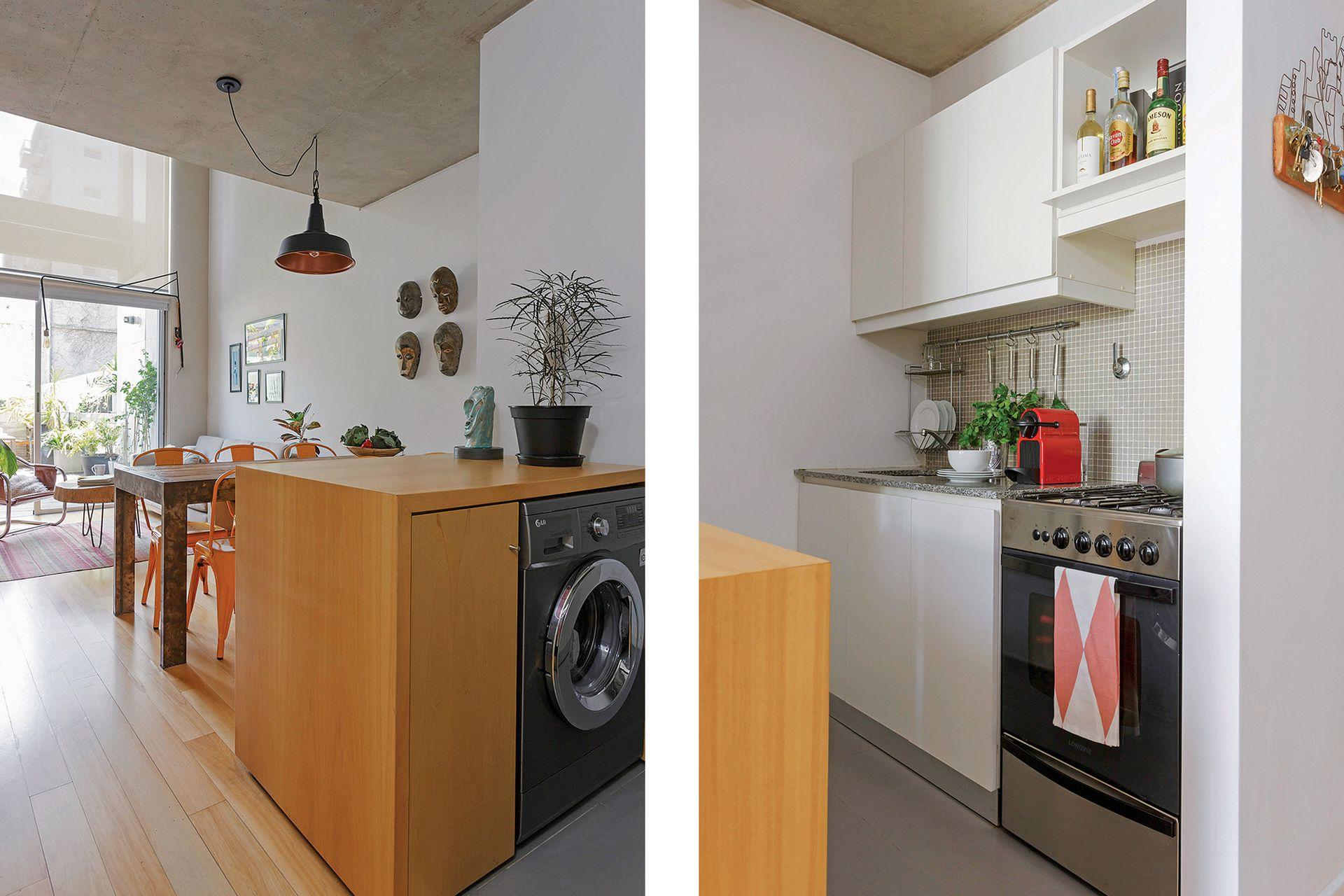 Simple y funcional, la cocina tiene barra de madera y muebles con frentes enchapados en los tres departamentos.