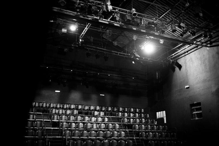 Los teatros del circuito independiente fueron especialmente golpeados por las medidas de aislamiento y la monetización de contenidos digitales no llega a cubrir los gastos de las salas