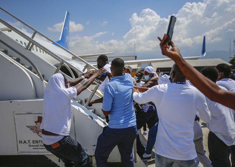 Desbordes en el aeropuerto: migrantes deportados por EE.UU. intentan volver a subirse a los aviones