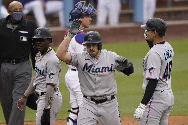 Adam Duvall de los Marlins de Miami celebra tras su cuadrangular en la quinta entrada del encuentro ante los Dodgers de Los Ángeles el domingo 16 de mayo del 2021. (AP Photo/Ashley Landis)