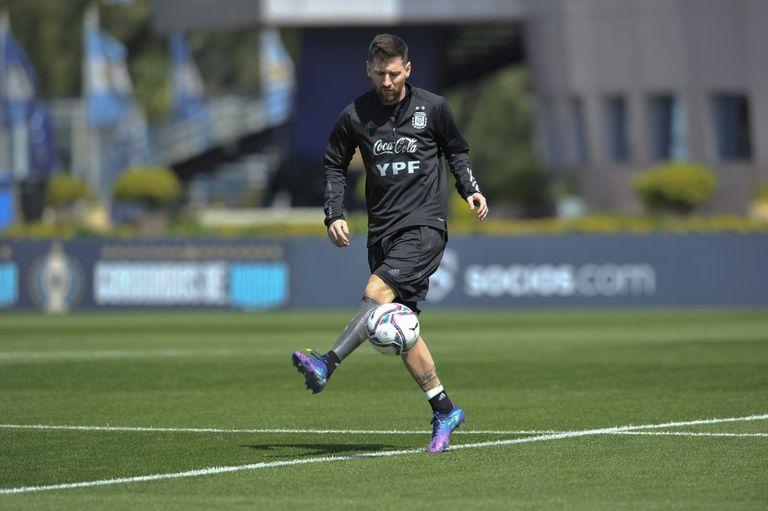 Lionel Messi en una práctica de la Argentina en Ezeiza; el capitán será un atractivo en sí mismo en el clásico con Uruguay por la eliminatoria sudamericana para Qatar 2022.