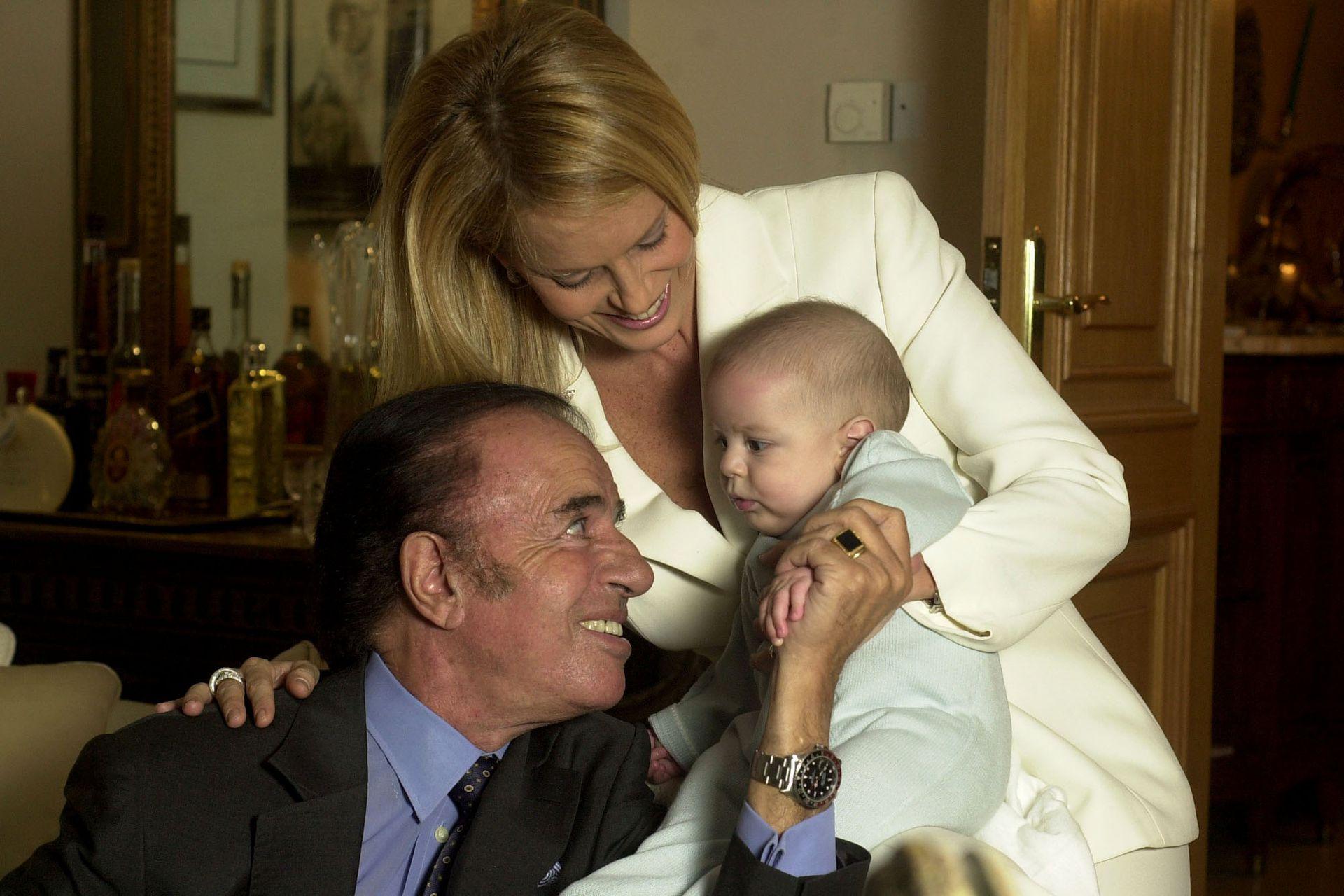 Carlos Menem y Cecilia Bolocco junto a su hijo Máximo Saúl, en Santiago de Chile, el 7 de abril de 2004