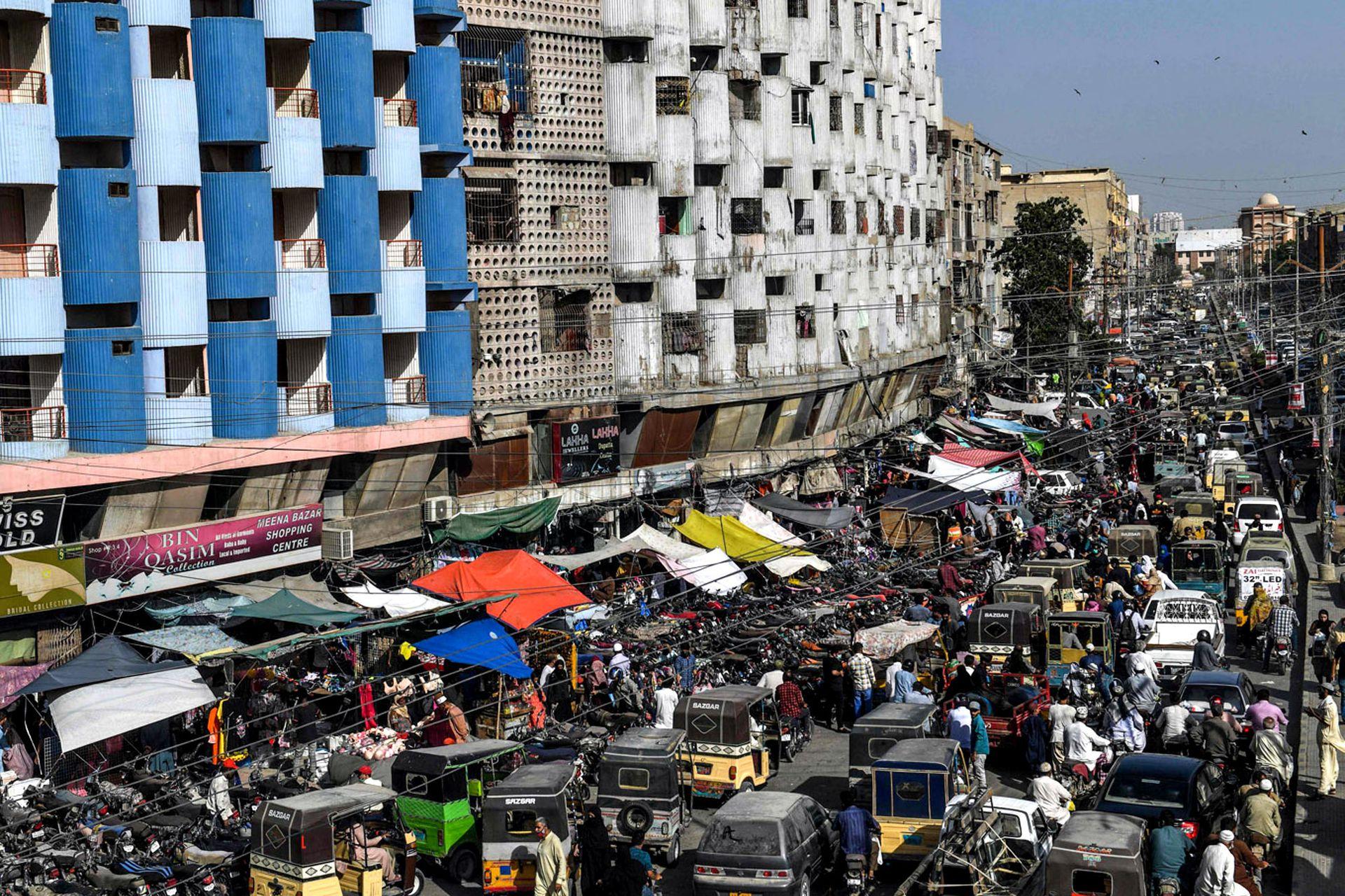 Aglomeración de automovilistas y personas en un mercado antes del festival musulmán Eid al-Fitr, en Karachi