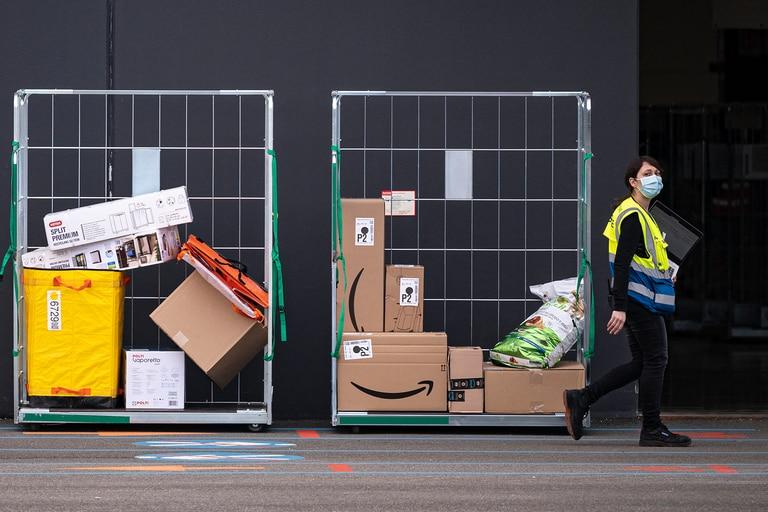 Una empleada de Amazon entra en las instalaciones de la empresa en Brandizzo, cerca de Turín, Italia, el 22 de marzo de 2021