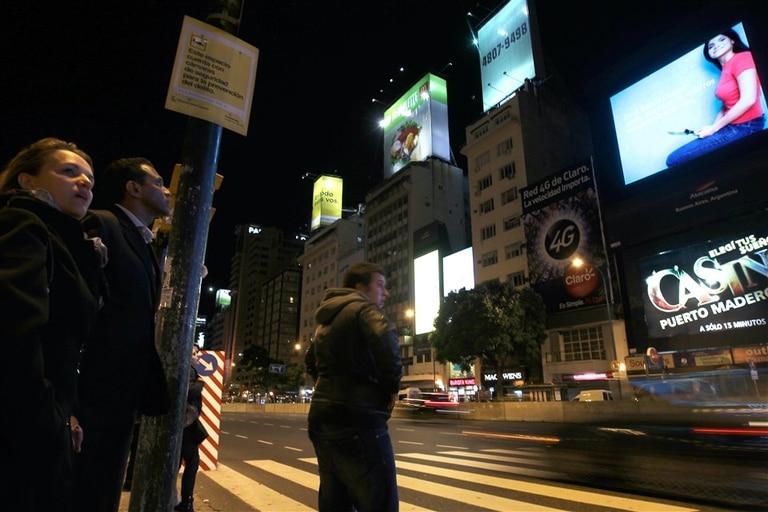 Con al menos cuatro pantallas, el Obelisco va camino de convertirse en el Time Square porteño