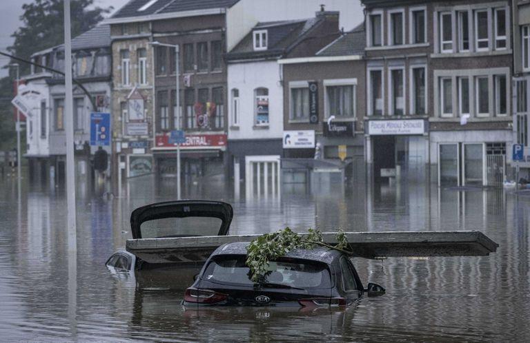 Un grupo de personas usa unas balsas de goma para trasladarse luego de las inundaciones registradas en Lieja, Bélgica, el jueves 15 de julio de 2021.
