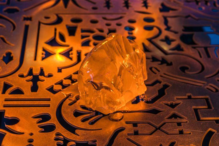 Con piezas de gelatina que se derriten, Ferrer evoca el ciclo de nacimiento, muerte y resurrección