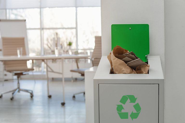 La separación de residuos y el uso responsable del papel son medidas sencillas de implementar