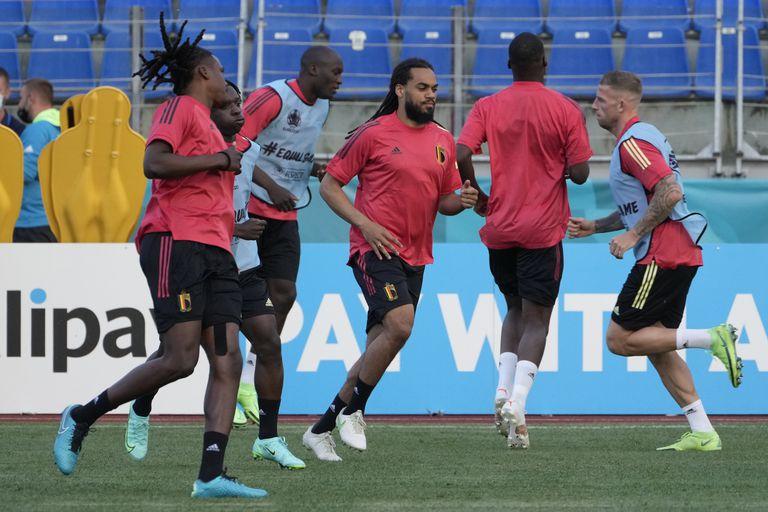 Jugadores de la selección de Bélgica participan en una sesión de entrenamiento como parte de su preparación para el duelo ante Rusia en la Eurocopa, en el estadio Petrovsky de San Petersburgo, Rusia, el viernes 11 de junio de 2021. (AP Foto/Dmitri Lovetsky)