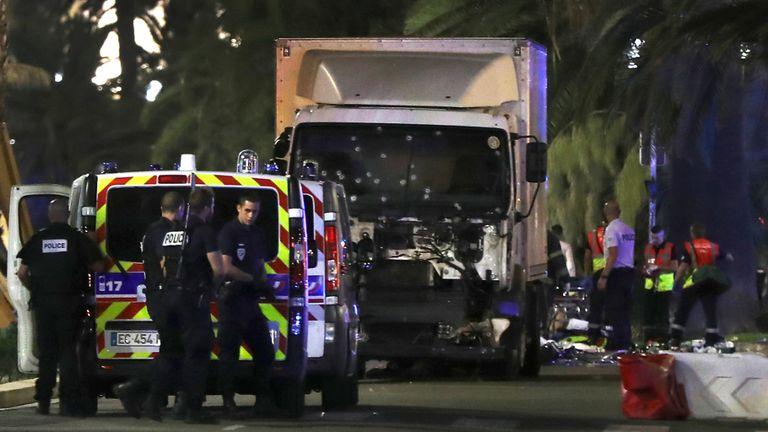 La policía y los servicios de emergencia trabajan en el lugar de la masacre, en Niza
