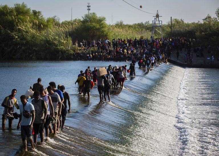 Migrantes haitianos que aguardan en Del Rio y en Ciudad Acuña para poder ingresar a Estados Unidos cruzan el río Bravo hacia Ciudad Acuña para adquirir alimentos, el viernes 17 de septiembre de 2021, en Ciudad Acuña, México. (Marie D. De Jesús/Houston Chronicle vía AP)