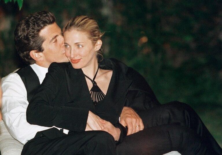 Seductor y carismático, el hijo del presidente demócrata asesinado y Jackie Kennedy había encontrado el amor en la bella relacionista pública. Fueron uno de los matrimonios más distinguidos de Nueva York