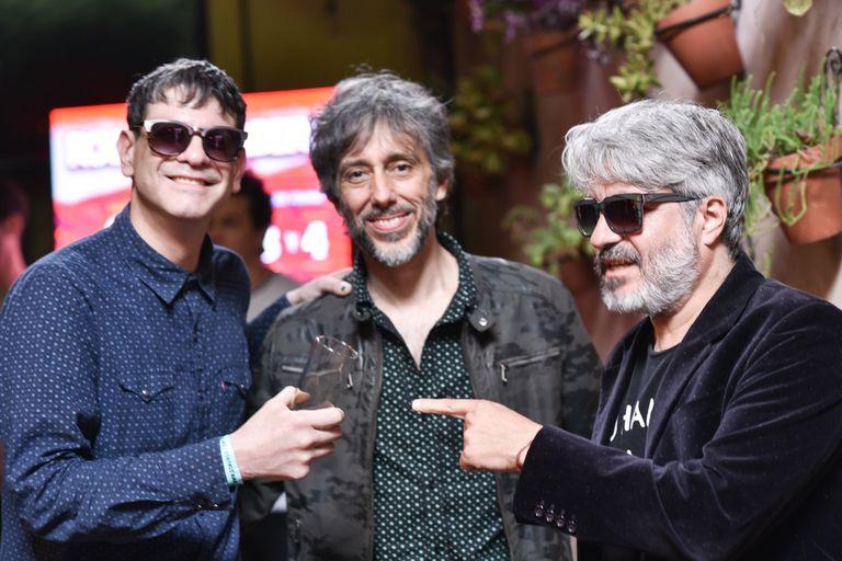 Toti Iglesias, de Jóvenes Pordioseros, con los Estelares Víctor Bertamoni y Manuel Moretti