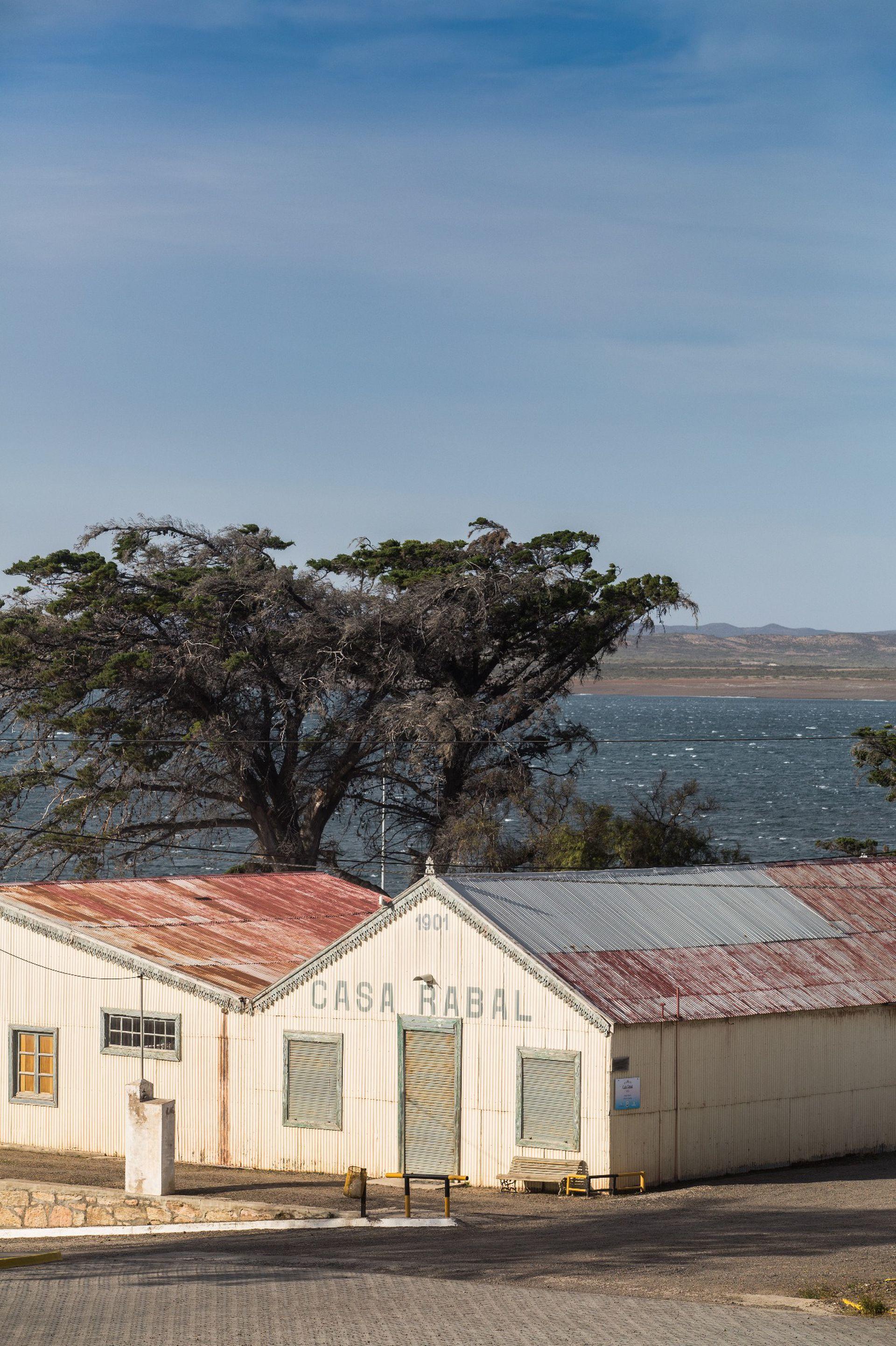 Casa Rabal, almacén de ramos generales y atractivo turístico de Camarones. Fue fundado por Asensio y Sáenz en 1901.