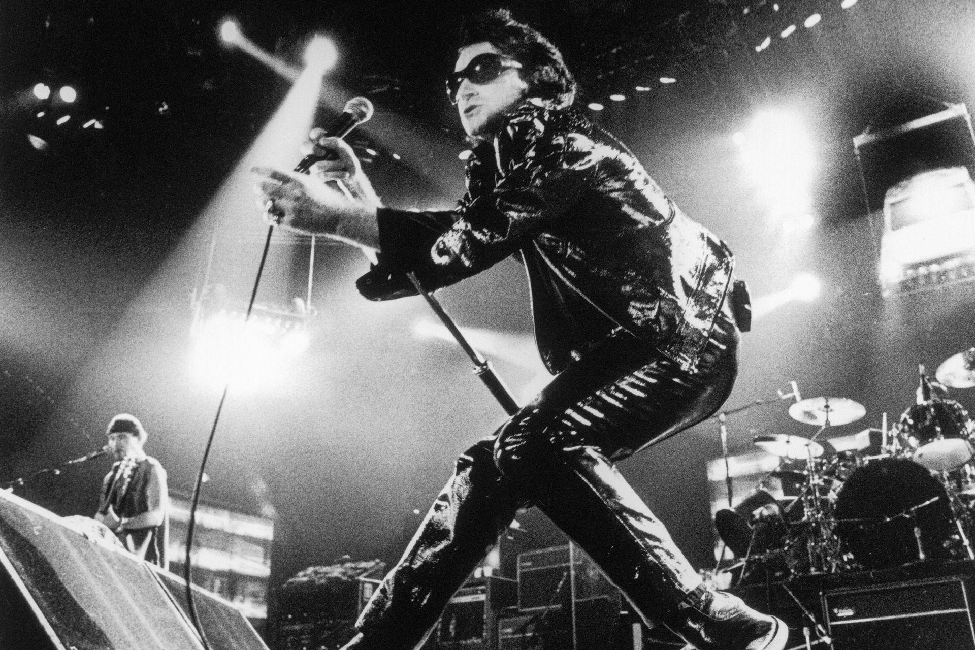 """U2/Gira Zoo TV/1992-93: Para el tour de Achtung Baby, los U2 estaban listos para relajarse y armar una fiesta bailable pero subversiva, repleta de imágenes multimedia con las que se distanciaban de la pureza de sus sets en vivo de los 80. """"La gira fue concebida al mismo tiempo que el disco"""", recordó"""