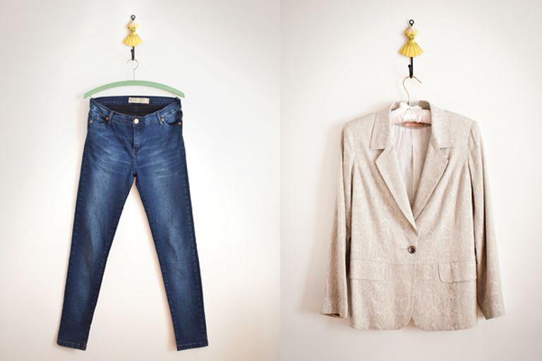 Jean básico color azul y blazer liso, dos prendas que forma parte de la moda slow.