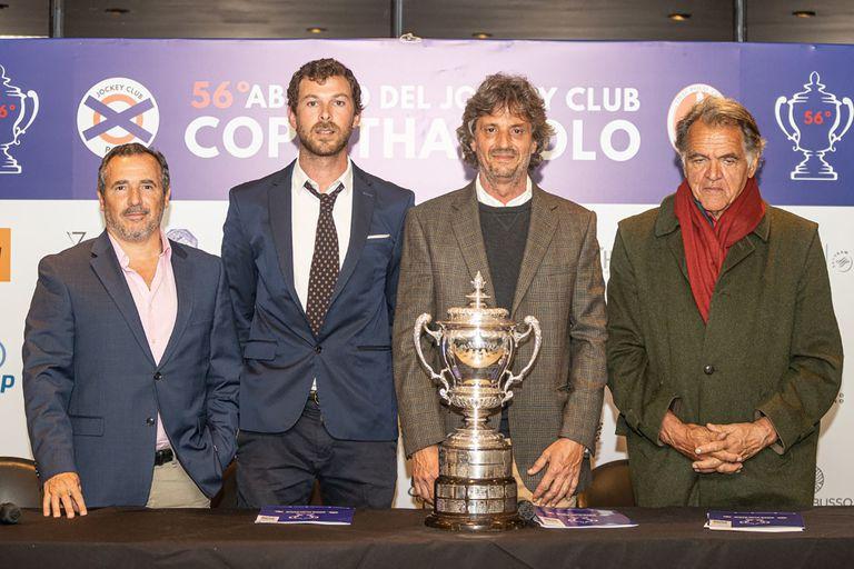 La copa del Abierto de Jockey Club, certamen que celebra su 56a realización; a la derecha, Guillermo Álvarez Fourcade, directivo de la entidad y ex capitán de polo,