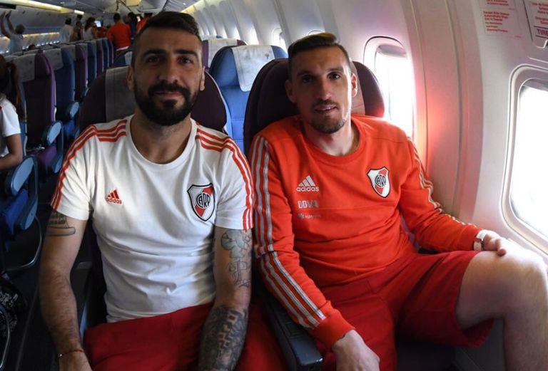 Pratto y Armani en el avión; el equipo esperó varias horas en Lima para llegar a Guayaquil