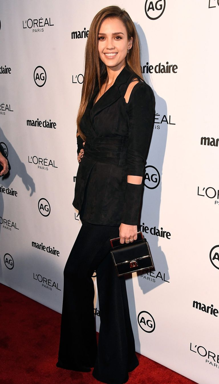 Jessica Alba nos aburrió un poco con su look: pantalones negros de bota ancha combinado con saco ajustado con cut-outs y faja a tono by Balmain. Teniendo en cuenta que se trataba de una gala orientada a las tendencias de moda, creemos que se quedó un poco corta...