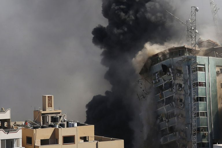 El edificio que alberga las oficinas de The Associated Press y otros medios de comunicación en la ciudad de Gaza, se derrumbó ayer después de ser blanco de un ataque aéreo israelí