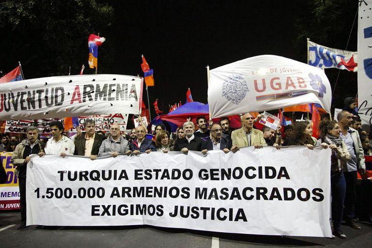 Masiva marcha por el centenario del Genocidio Armenio