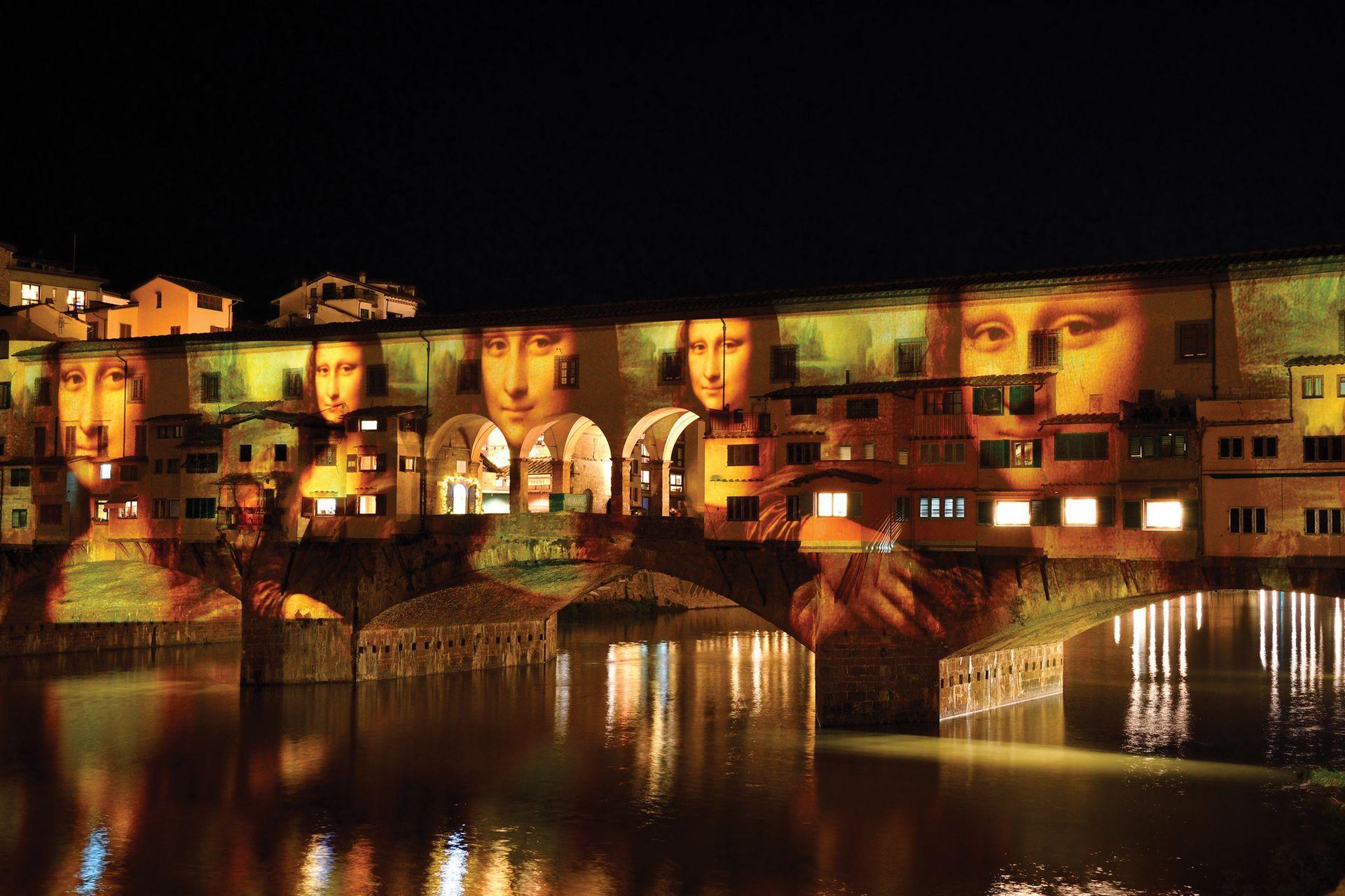 Arriba, el Ponte Vecchio, en Florencia, se luce con las proyecciones de la Mona Lisa, durante la última Navidad