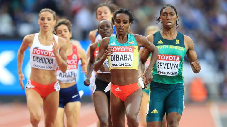 La etíope Genzebe Dibaba (2.der.) y la sudafricana Caster Semenya (der.) el 04/08/2017 durante la semifinal de los 1.500 metros