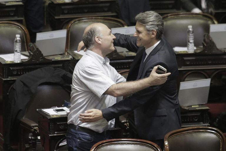 Abrazos, charlas y risas en una de las últimas sesión antes del recambio de integrantes de la Cámara