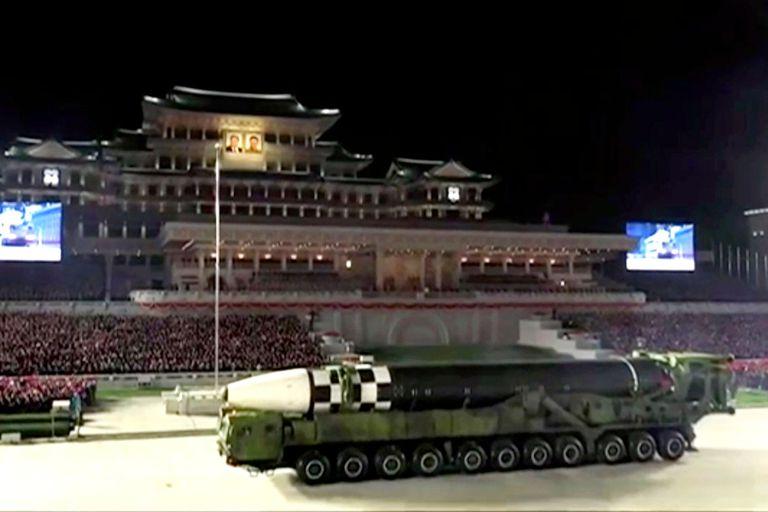 Corea del Norte revela uno de los misiles balísticos más grandes del mundo