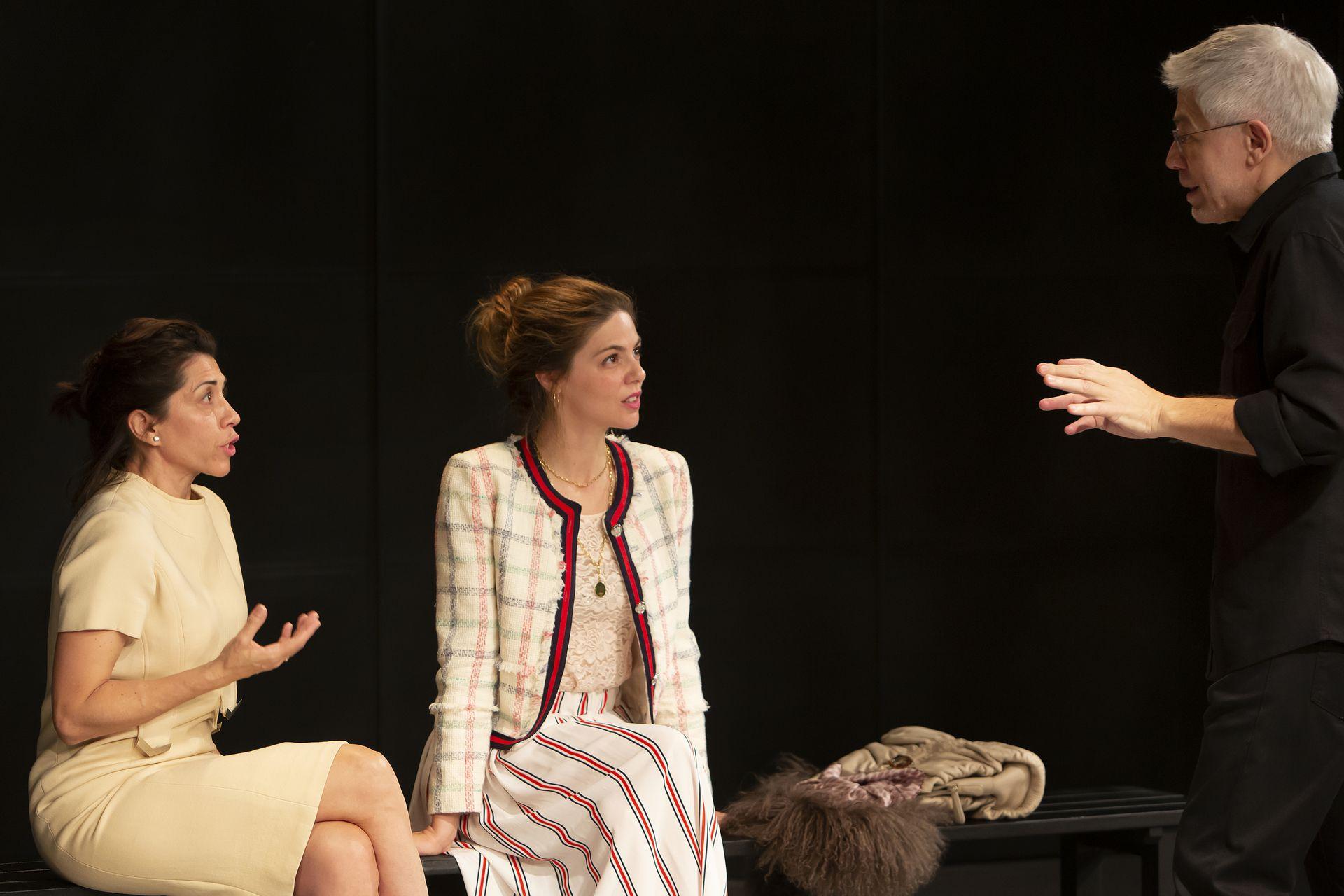 Alicia Borrachero y Manuela Velasco escuchan con atención al maestro Corazza