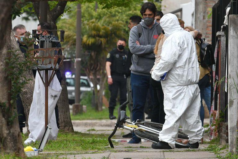 Un estudiante de 17 años fue asesinado hoy de una puñalada en el pecho cuando salía de su vivienda de la localidad bonaerense de Ezpeleta, partido de Quilmes, y se investiga si lo atacaron para robarle, informaron hoy fuentes policiales y judiciales