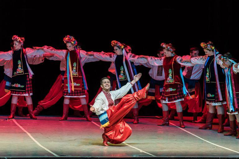 En suma, 36 bailarines hicieron sus típicas danzas ucranianas, para cerrar una noche bien festiva