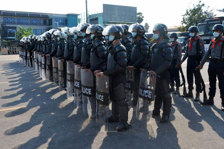 La policía, atenta en Naipyidó, capital de Myanmar