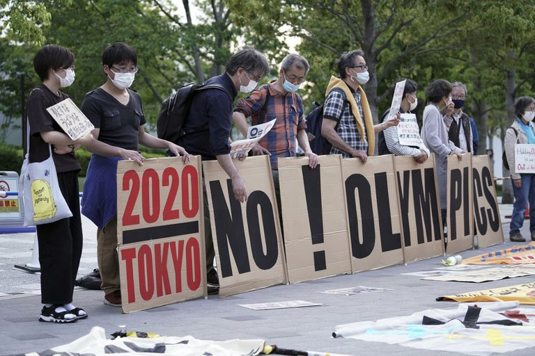 Manifestantes protestan contra los Juegos Olímpicos de Tokio alrededor del Estadio Nacional, el domingo 9 de mayo de 2021. (AP Foto/Eugene Hoshiko)