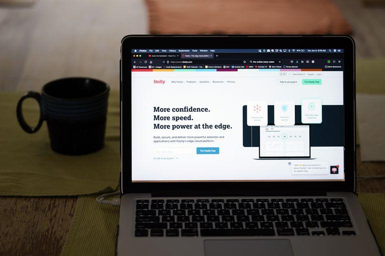 Página de inicio de la empresa de servicios de internet Fastly en una pantalla de laptop el 8 de junio de 2021 en Los Angeles. (AP Foto/Marcio Jose Sanchez)
