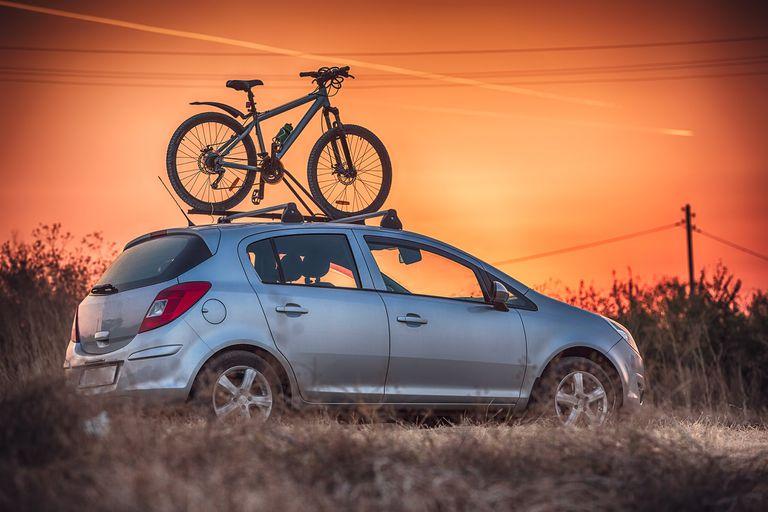 En el techo. Si la bicicleta no entra en el baúl, ésta es la mejor forma de transportarla porque no sobresale de las dimensiones del vehículo