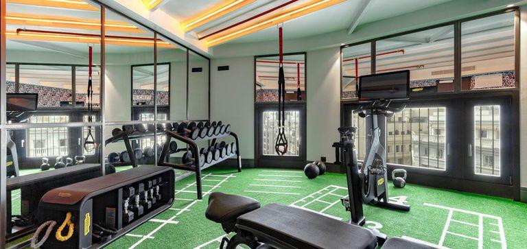 El hotel cuenta con una completa sala de fitness