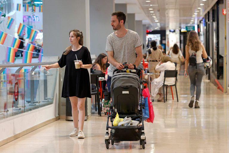 Personas sin máscara caminan en el centro comercial Dizengoff en Israel